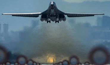 Самолет B-1B Lancer — сверхзвуковой стратегический бомбардировщик с крылом изменяемой стреловидности.