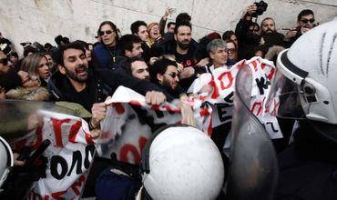 В Афинах полиция применила слезоточивый газ против протестующих учителей.