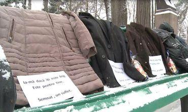 Кишиневцы принесли в столичный парк теплую одежду, которая будет передана бездомным.