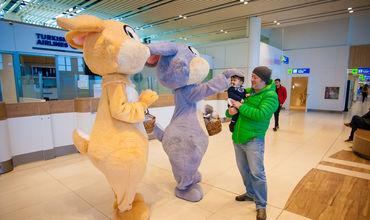 Пасхальный заяц дарит подарки детям в Аэропорту Кишинева ®