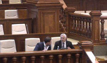 Госсекретарь минюста в экс-правительстве Филипа прибыл на заседание парламента.