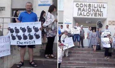 В Яловенах протестующие потребовали отставки председателя района и советников.