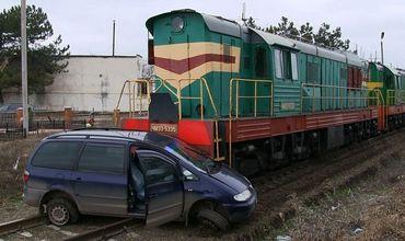Авария в Приднестровье: локомотив протянул легковушку около 50 метров