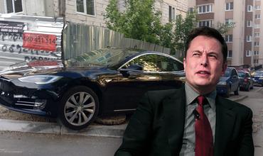 Снимок Tesla, нелепо припаркованной на тротуаре в столице, стал вирусным.