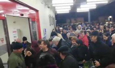 В Румынии из-за скидок в магазине произошла давка.