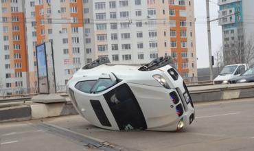 Девушка за рулем люксового автомобиля перевернулась на виадуке. Фото: facebook/ idrive.md