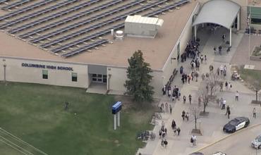 В школе «Колумбайн» в апреле 1999 года в результате стрельбы, открытой двумя учениками, погибли 13 человек.