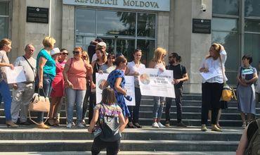 Учителя организуют флеш-моб перед зданием правительства.