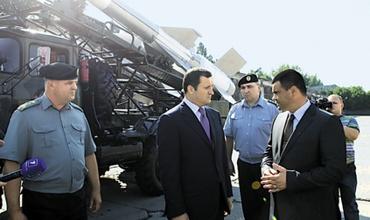 Молдавия продала оружие террористам Экс-премьер-министр Влад Филат (в центре) сегодня списывает сделку на военных. Фото с официального сайта правительства Молдовы.