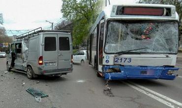 Момент столкновения столичного троллейбуса с микроавтобусом попал на видео .