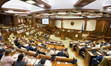 Парламент проведет внеочередное заседание.