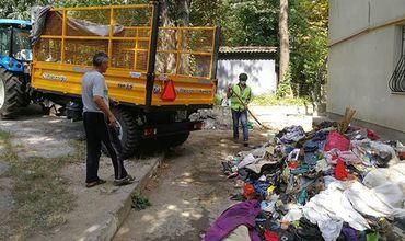 После жалоб жильцов сотрудники ЖКХ вывезли накопленный мусор из столичной квартиры