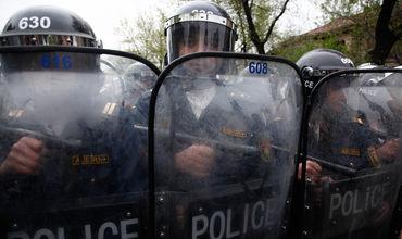 К зданию стянуты войска и полиция.