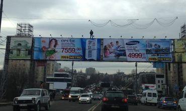 Вчера 17-летний Михай Бобок в четвертый раз попытался спрыгнуть с рекламных панно у Цирка.