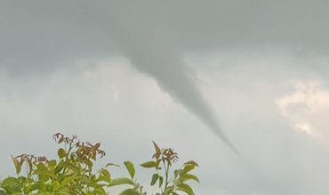 В Румынии запечатлели очередной торнадо.