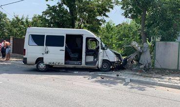 В Дурлештах микроавтобус снес столб и вместе с ним въехал в частный двор.