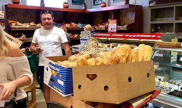 Ядовитые коробки из-под бананов со свежими батонами возмутили покупателя супермаркета в Кишиневе