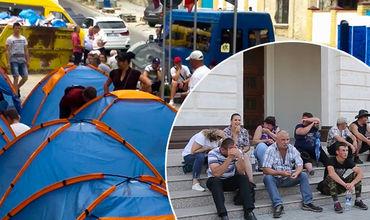 По 500-1000 леев в день. Столько платили людям, которые в последние дни сидели в палатках.