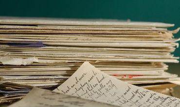 O poştăriţă păstra în propriul apartament două tone de corespondenţă nelivrată. Foto: independent.md