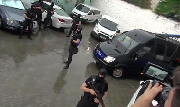 Правоохранители в масках окружили здание суда, куда доставлен Платон.