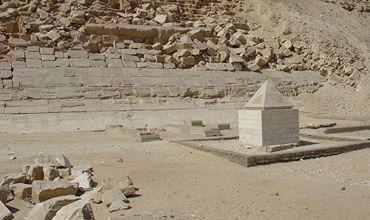 Археологи нашли золотую верхушку одной из последних пирамид Египта.