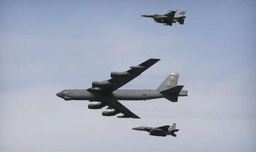 Бомбардировщик B-52 ВВС США (в центре). Фото: Ahn Young-joon / AP