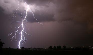 Молнии возникли в период муссонных дождей.