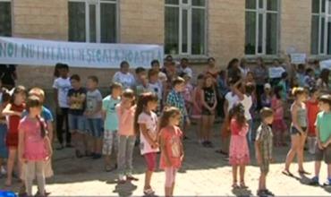 Ученики, их родители и учителя вышли на протест к зданию районного совета.