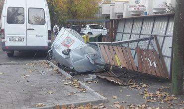 Из-за ДТП полностью разрушена новая платформа для мусорных контейнеров