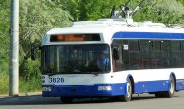 Водитель троллейбуса в столице потерял сознание во время вождения.