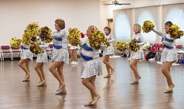 Bunicuţe-cheerleaders. Majoretele pensionare dansează în costume sclipitoare și rochii mini