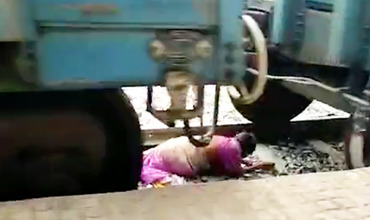 Пожилая женщина попала под поезд и осталась в живых.