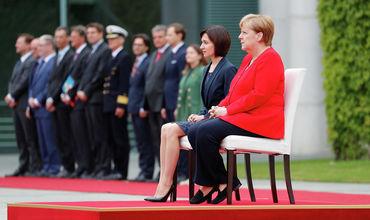 Эксперт: Санду слушала гимн сидя из солидарности к Меркель.