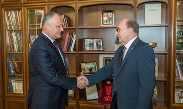 Президент Молдовы Игорь Додон встретился с послом РФ в Кишиневе Олегом Васнецовым.