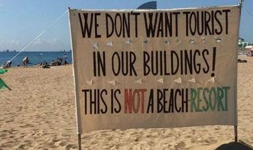 Демонстранты недовольны, что из-за большого количества туристов в центре Барселоны взлетели цены на аренду жилья.