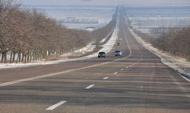 Минувшей ночью дороги страны обработали противогололедными материалами