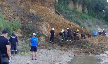 Оползень на одесском пляже: под завалами нашли одежду отдыхающих