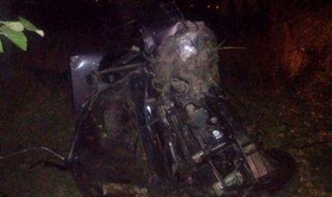 Нетрезвый подросток врезался на Mercedes в дерево, есть пострадавшие