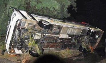 В Индии автобус упал в ущелье, десятки погибших.