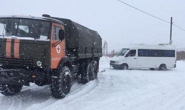 Всего спасатели вытащили 18 транспортных средств – 9 грузовиков, 3 автобуса, 6 легковых авто.