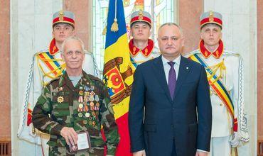 Додон вручил Памятный крест «Участник боевых действий в Афганистане (1979-1989)» группе ветеранов.