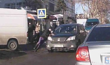 В Кишиневе на пешеходном переходе сбили женщину.