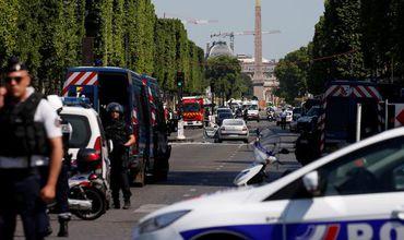 На Елисейских Полях в Париже автомобиль въехал в машину полиции.