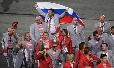 Белорусский функционер Андрей Фомочкин пронес флаг России.
