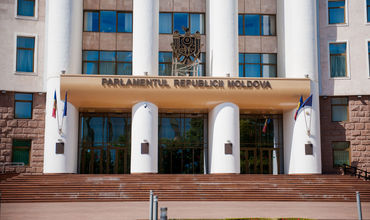 Публичные дебаты о невыносимом запахе в Кишиневе пройдут в парламенте.