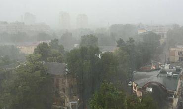 Метеорологи ввели желтый код опасности в связи с проливными дождями.