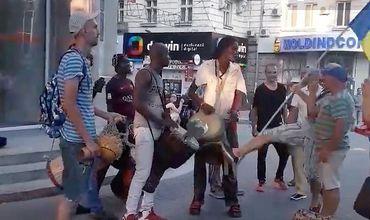 Агрессивные сторонники Нэстасе напали на уличных музыкантов.