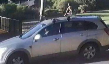 Ребенок в подгузнике сидит на крыше автомобиля, пока его мать довольно быстро ездит, в том числе и по шоссе.