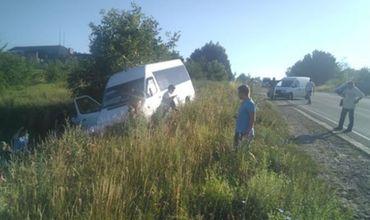 Возле Оргеева микроавтобус с пассажирами слетел в кювет