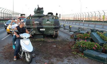 Власти Турции ввели на три месяца чрезвычайное положение в стране после неудавшегося путча.